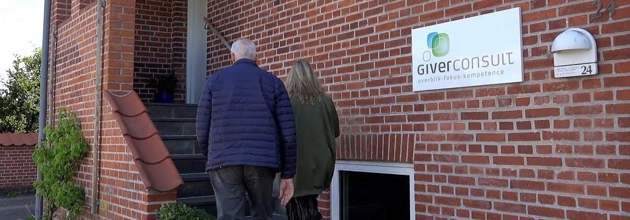 Video parterapi med parterapeut og par foran klinik